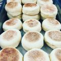 English muffins* (του chef Noel Roche)